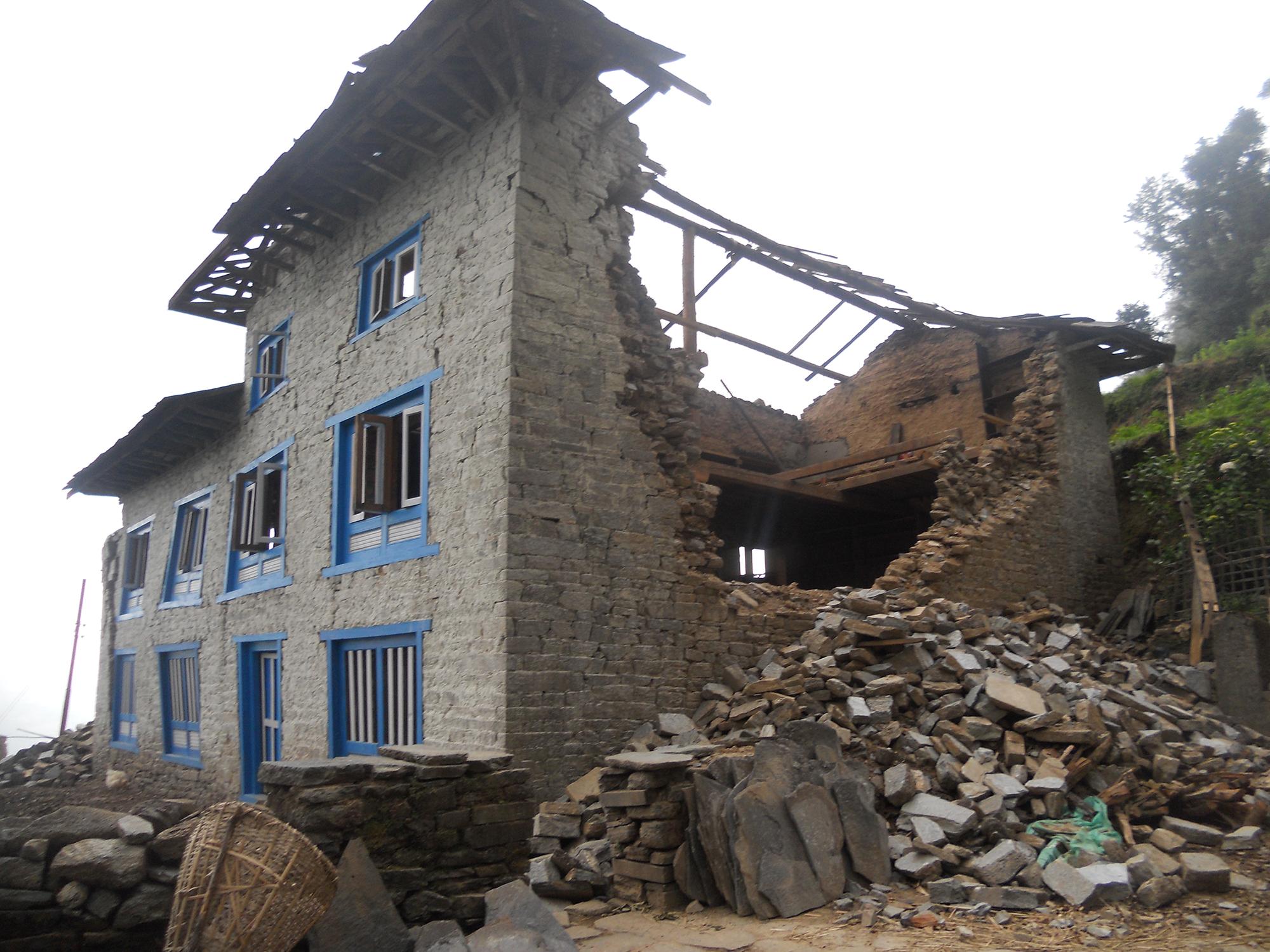 maison détruite a Okhaldunga